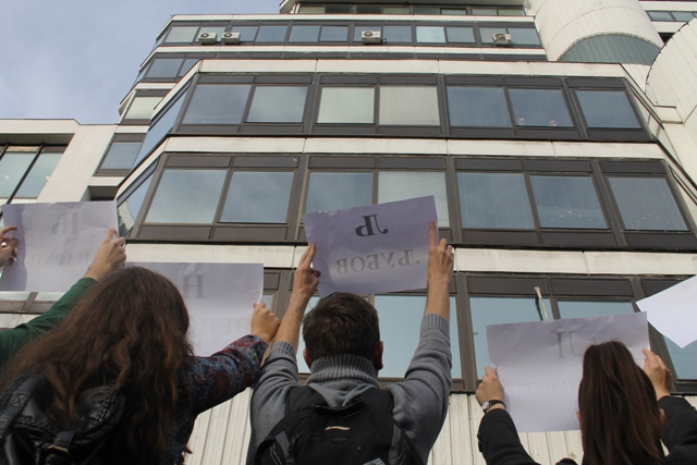 Students protested in front of the Ministry of Education (Photo RadioMOF)