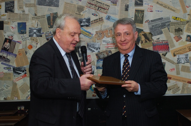 Tome Gruevski presents the award to Mende Mladenovski (Photo Dejan Georgievski)